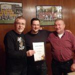 Mario Casarano (mitte): 30 Jahre Mitglied im AC Einigkeit Elmshorn re. sein früherer Trainer Siegfried Brehm