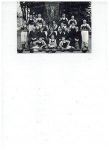 Vorstand und Sportler des AC Einigkeit Elmshorn mit Vereinsbanner um etwa 1900