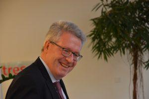 So lächelt Moderator Karsten Tiedemann.